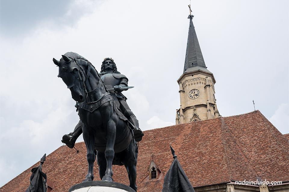 Monumento Matia Corvin, en la Piata Unirii de Cluj-Napoca (Rumanía)