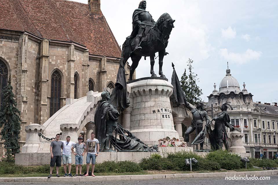 En el Monumento Matia Corvin, en la Piata Unirii de Cluj-Napoca (Rumanía)