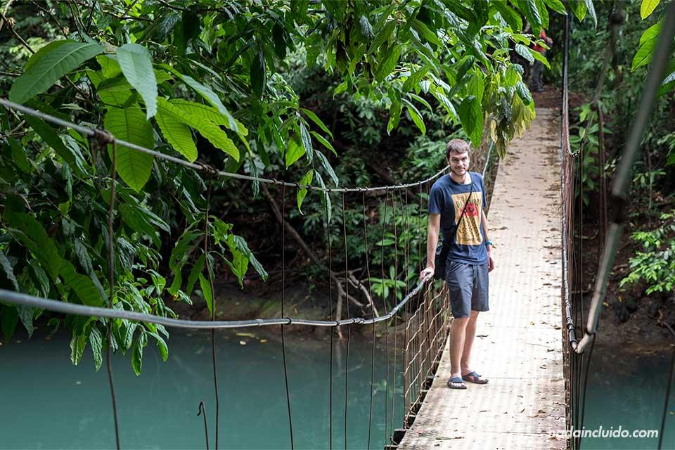 Cruzando el puente hacia playa Cocalito, en Drake (Costa Rica)