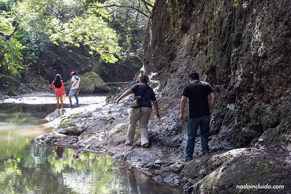 Caminando junto al río en el Chorro Las Mozas, en el Valle de Antón (Panamá)