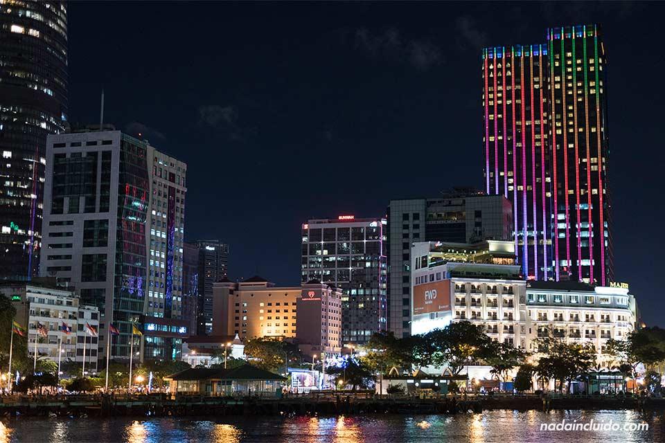 Vista por la noche de Ho Chi Minh (Vietnam)