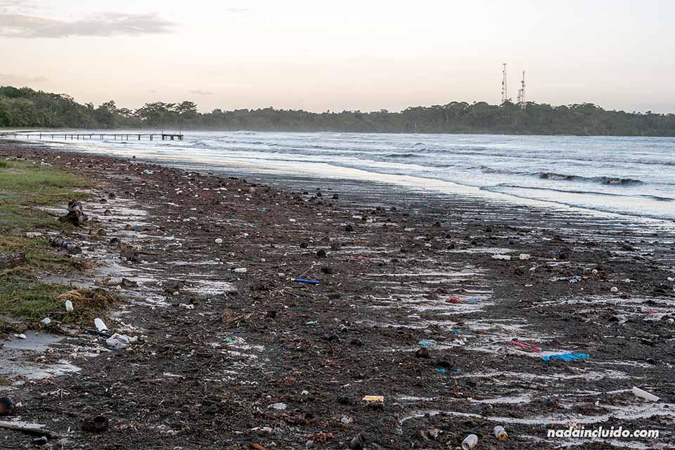 Mucha basura acumulada en la arena de la playa de isla Colón (Bocas del Toro, Panamá)