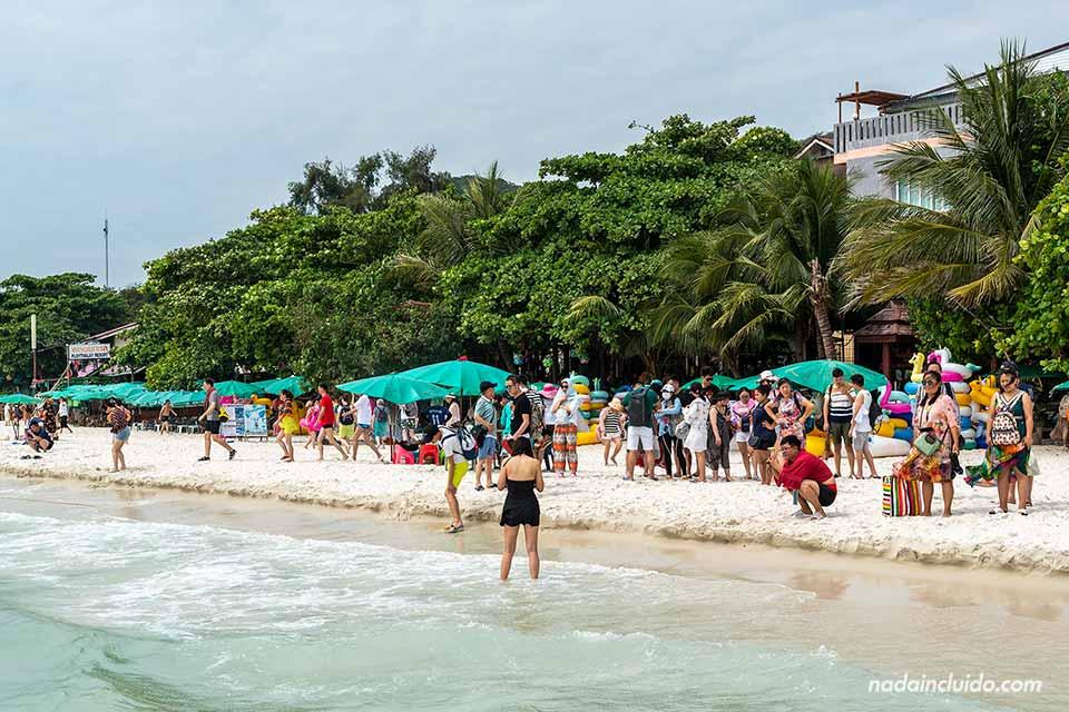Muchos turistas en la playa Sai Kew, Koh Samet (Tailandia)