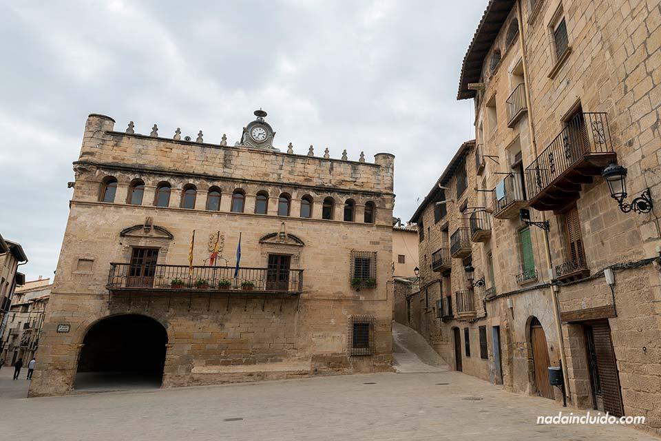Ayuntamiento en la plaza Mayor de La Fresneda (Matarraña, Aragón)