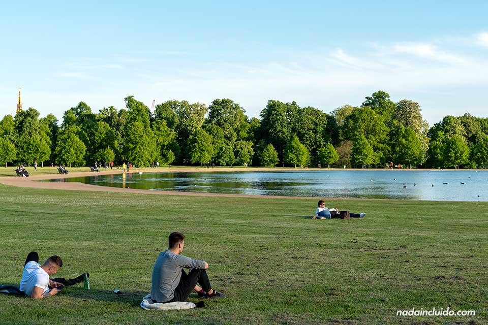 Lago en los Kensigton Gardens de Londres (Inglaterra)