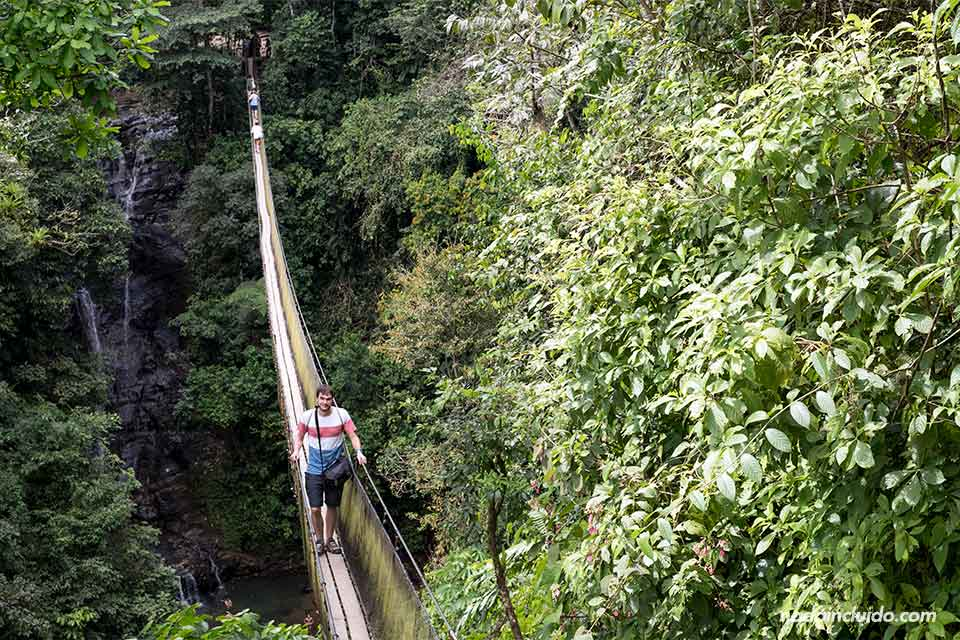 En un puente colgante en Costa Rica, en los campesinos Ecolodge