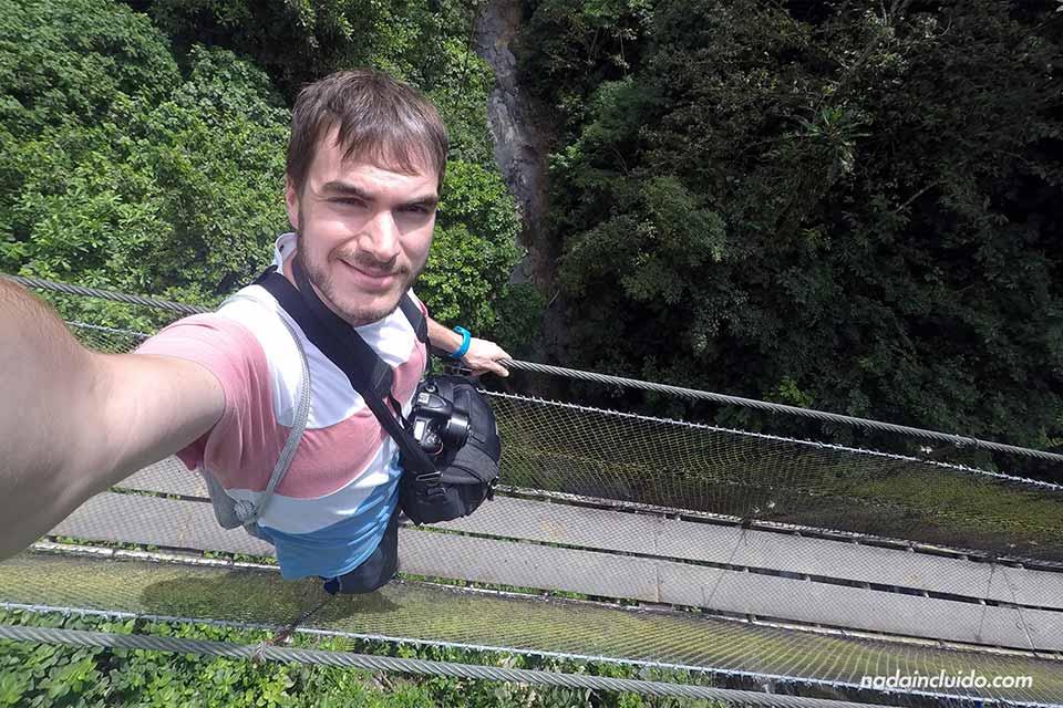 Cruzando el puente colgante de Los Campesinos Ecolodge (Costa Rica)