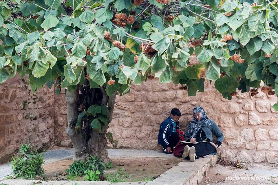 Musulmana dibujando en los jardines andaluces de Rabat (Marruecos)