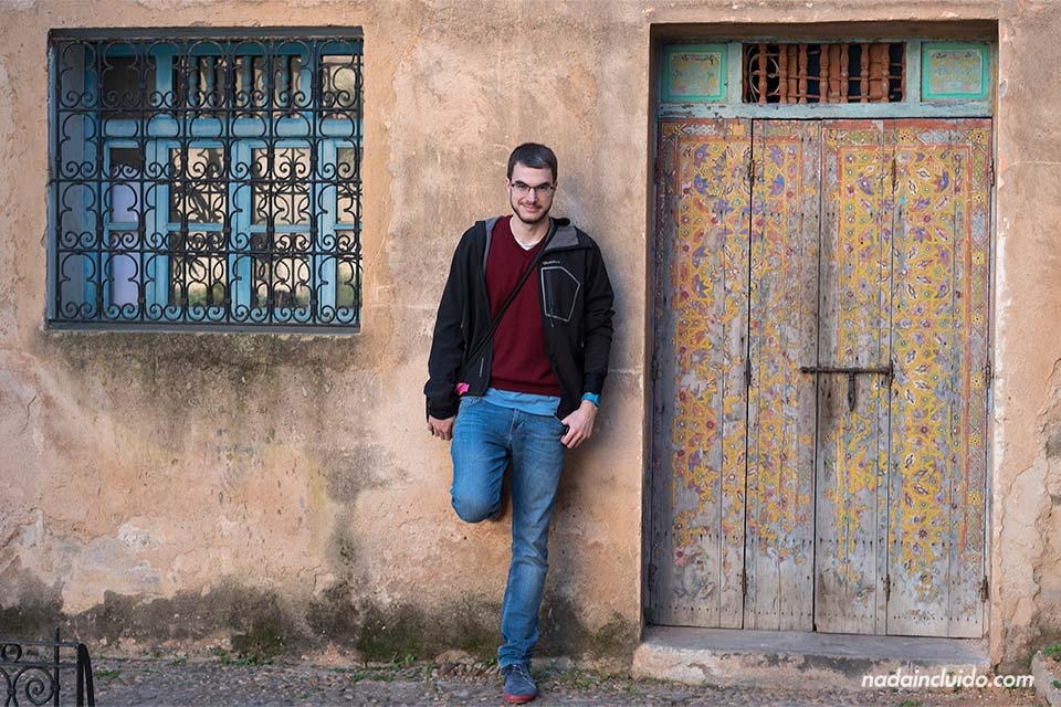 Puerta colorida en los jardines andaluces de Rabat (Marruecos)