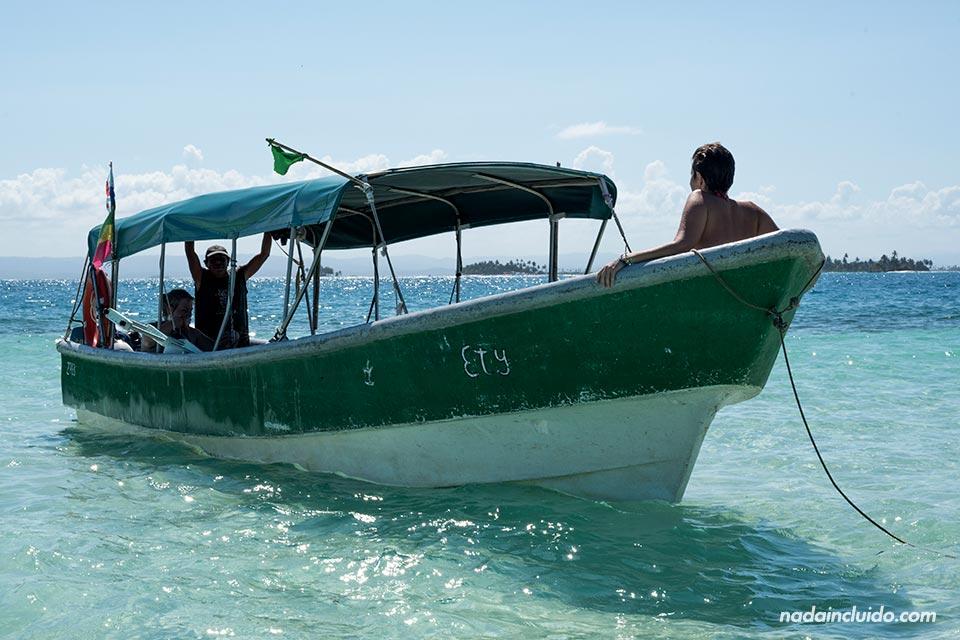 Barco anclado en la piscina natural del archipiélago de San Blas (Panamá)