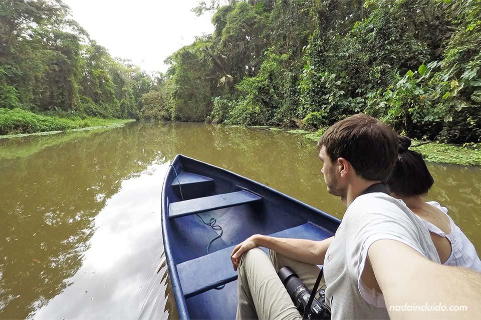 Navegando en barca por los canales de Tortuguero (Costa Rica)