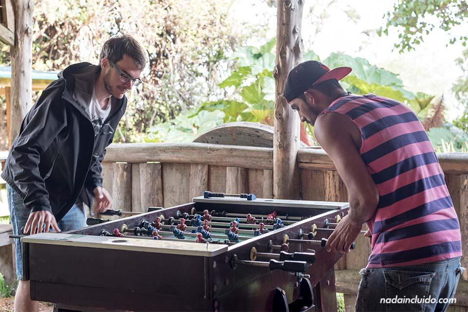 Jugando al futbolín en el Albergue Cortijo El Quetzal, en Turrialba (Costa Rica)