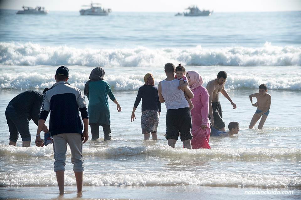 Marroquís bañándose en la playa de Agadir (Marruecos)