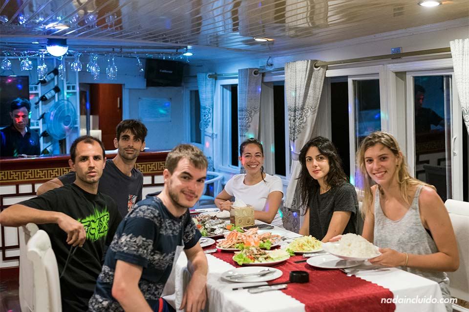 Cena en el crucero Jewel Cruise por la Bahía de Lan Ha (Vietnam)