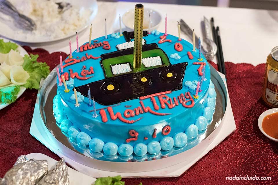 Un pastel de cumpleaños en el crucero Jewel Cruise de la Bahía de Lan Ha (Vietnam)