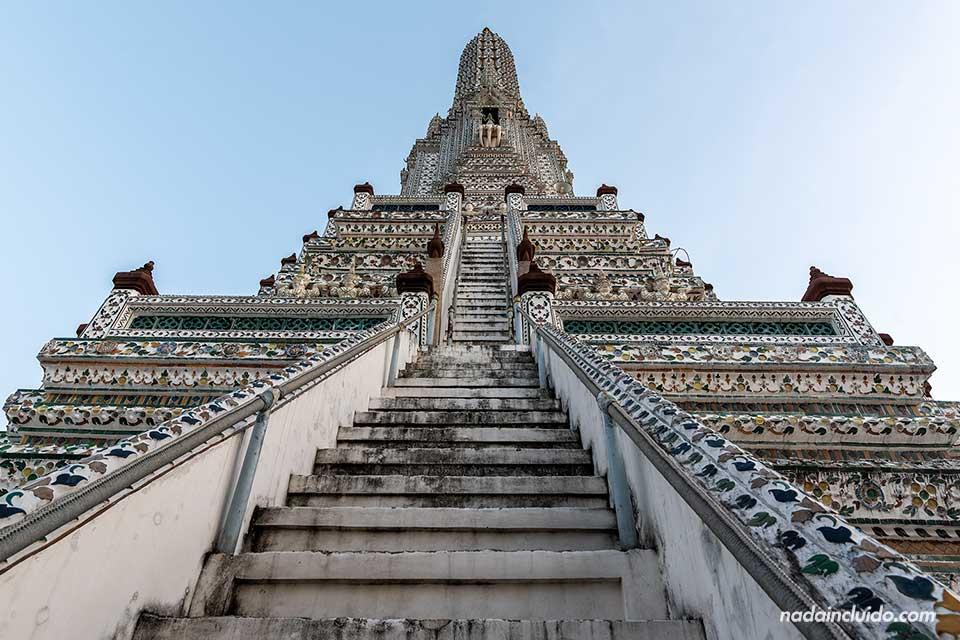 Escaleras en el Wat Arun, el templo del Amanecer de Bangkok (Tailandia)
