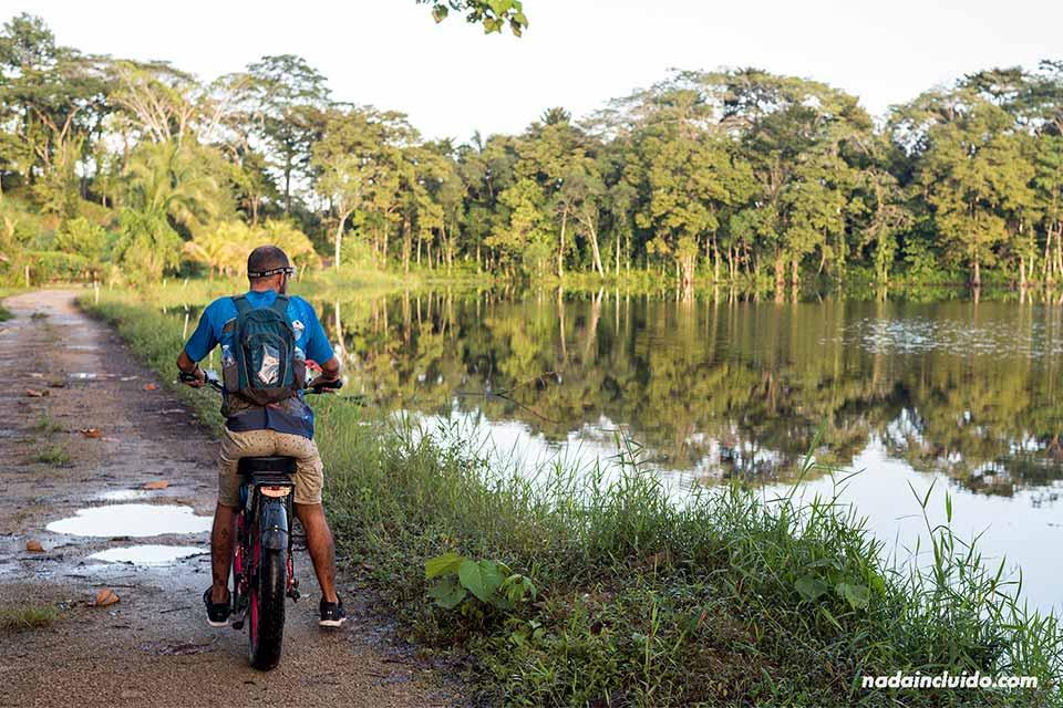 Paseando en bicicleta por la laguna en isla Colón, Bocas del Toro (Panamá)