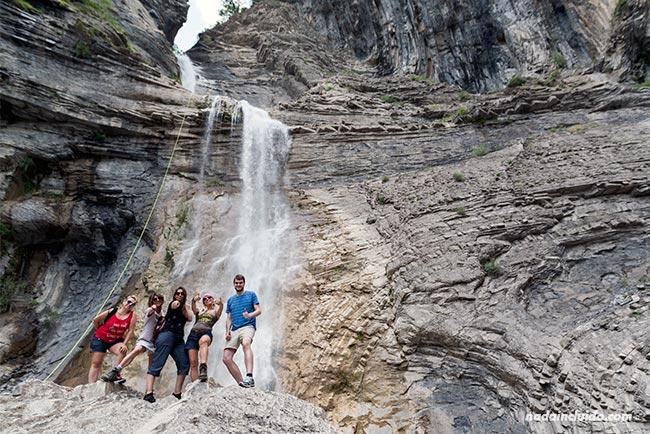 Blogueros de viaje visitan la cascada del Sorrosal en Broto (Sobrarbe, Aragón)