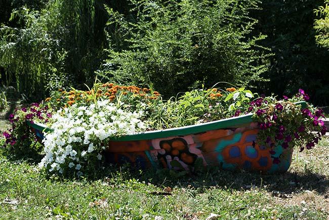 Macetero en el Parque Cismigiu en Bucarest (Rumanía)