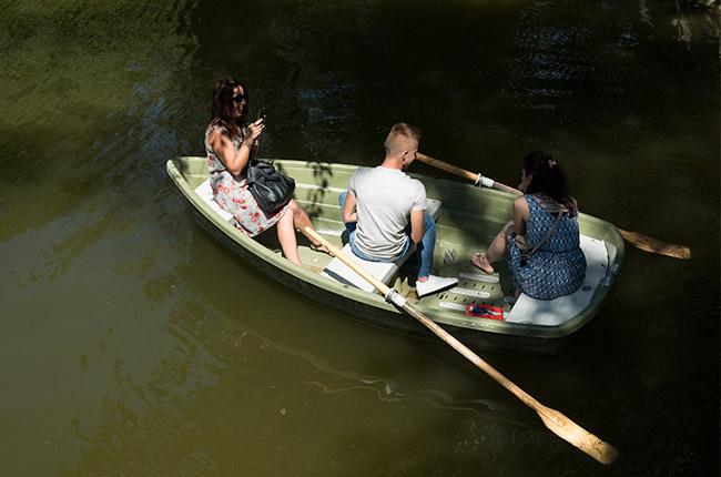Paseando en barca por el lago del Parucl Cismigiu en Bucarest (Rumanía)