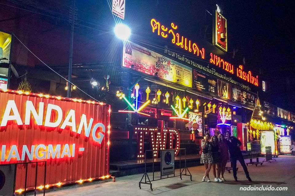 Puerta de la discoteca TawanDang en Chiang Mai (Tailandia)
