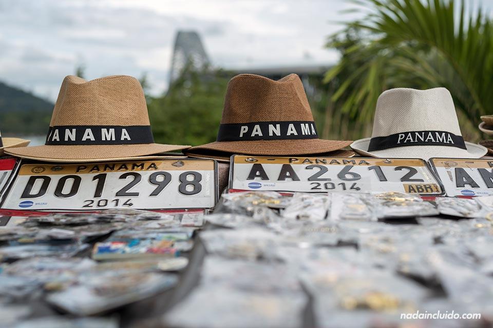 Sombreros panameños en un puesto callejero de ciudad de Panamá