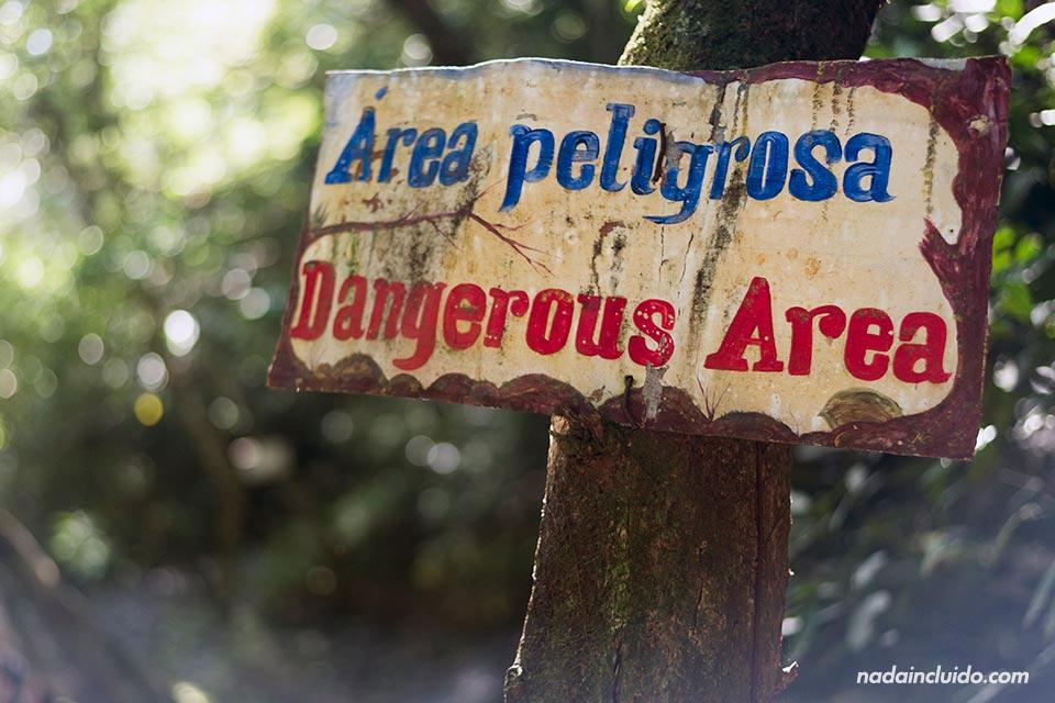 Cartel de área peligrosa en el Chorro Las Mozas, en el Valle de Antón (Panamá)