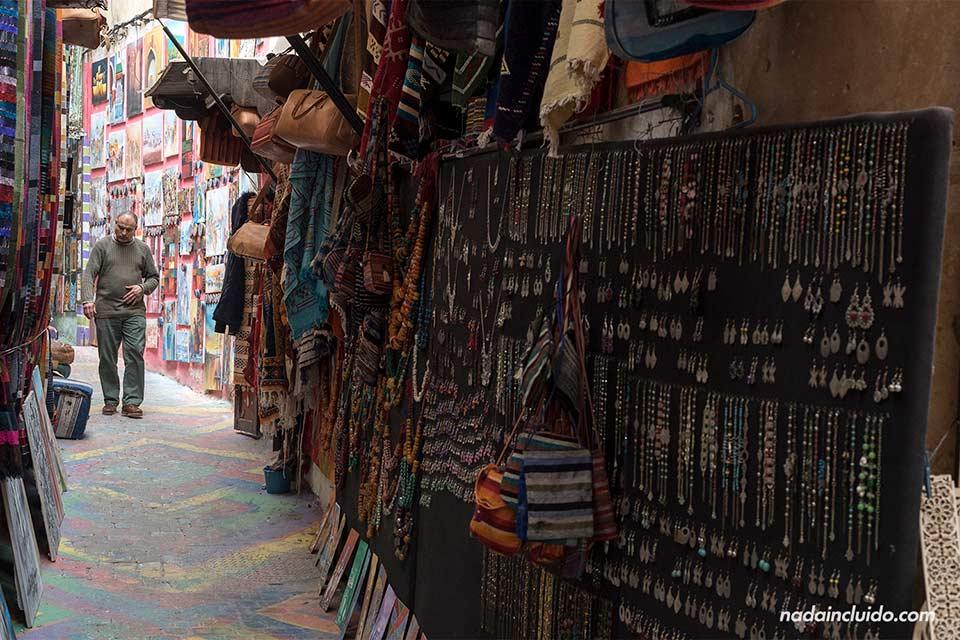 Callejón con bisutería en medina de Fez (Marruecos)