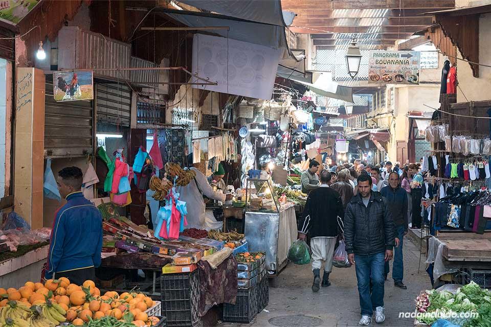 Mercado en el interior de la medina de Fez (Marruecos)