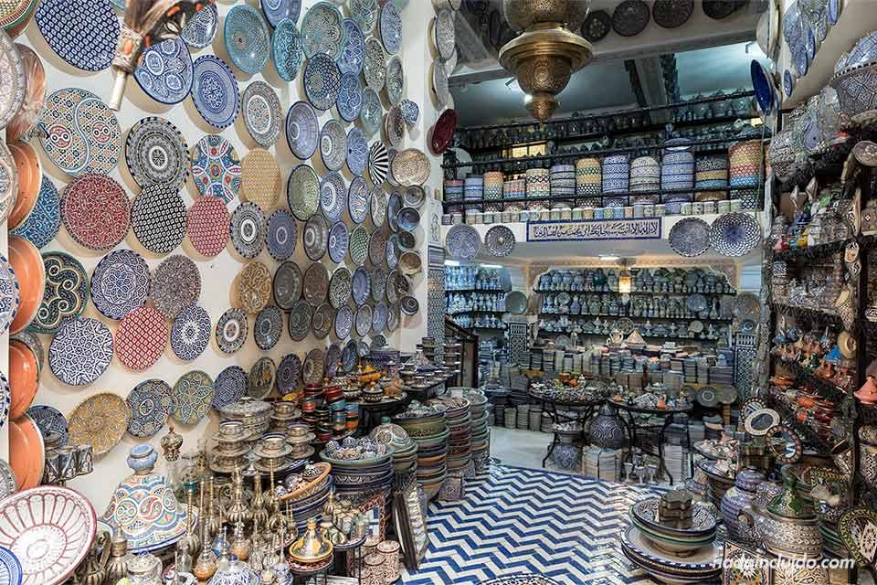 Tienda de cerámica en la medina de Fez (Marruecos)