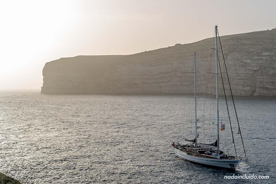 Barco en la bahía de Xlendi, en la isla de Gozo (archipiélago de Malta)
