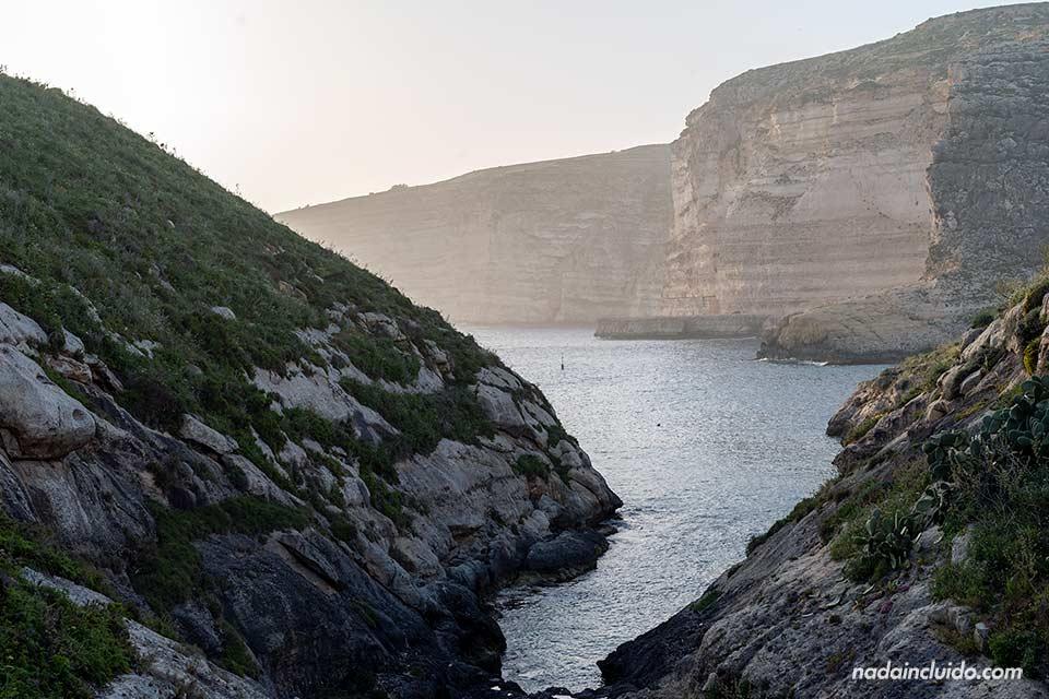 Bahía de Xlendi en la isla de Gozo (Malta)