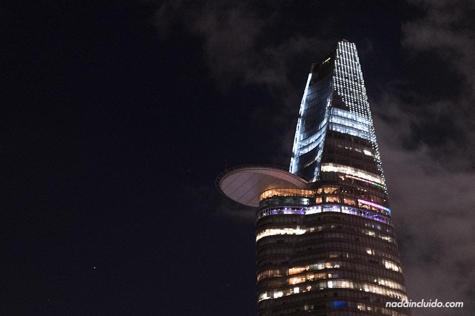 La torre Bitexco iluminada por la noche, Ho Chi Minh (Vietnam)