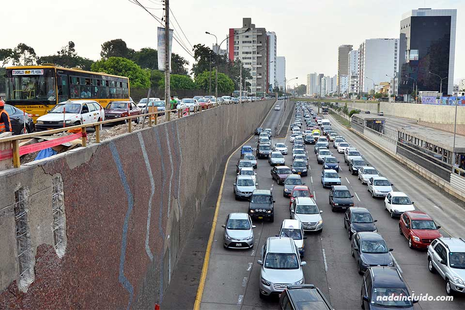 Tráfico en la ciudad de Lima, capital de Perú