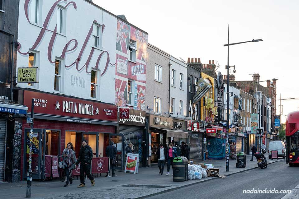 Calle de Camden Town al atardecer (Londres, Inglaterra)