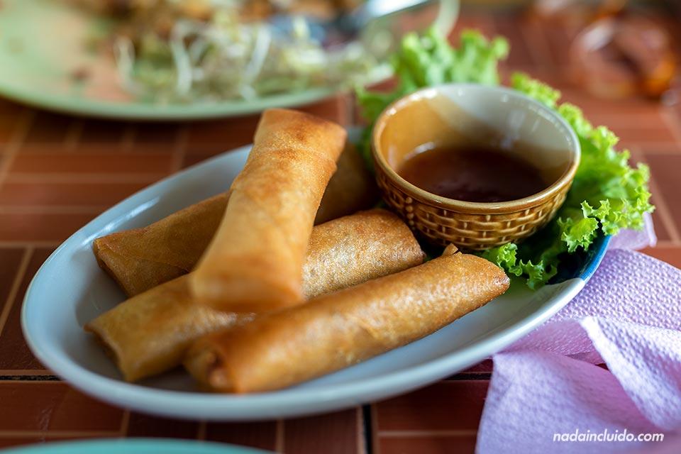 Comiendo springroll en Pai, al norte de Tailandia