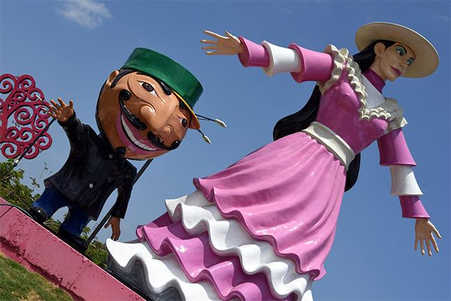 Estatuas de la gigantona y el enano cabezón en Managua (Nicaragua)