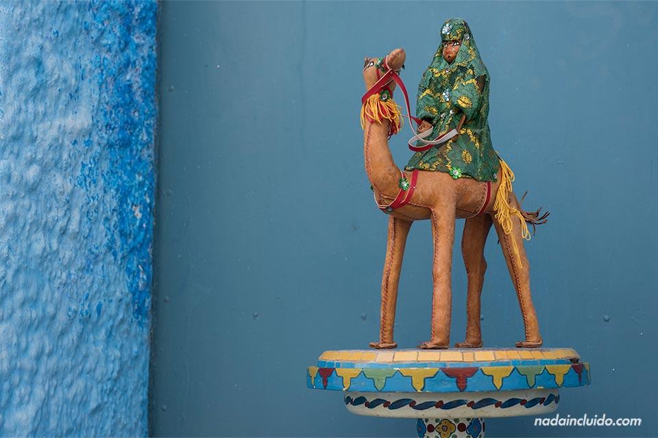 Camello de adorno en el mercadillo en la Kasbah de los Udayas de Rabat (Marruecos)
