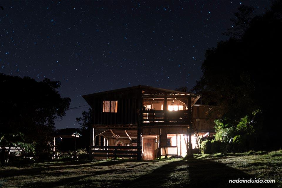 Vista de noche del Albergue Cortijo El Quetzal (Turrialba, Costa Rica)