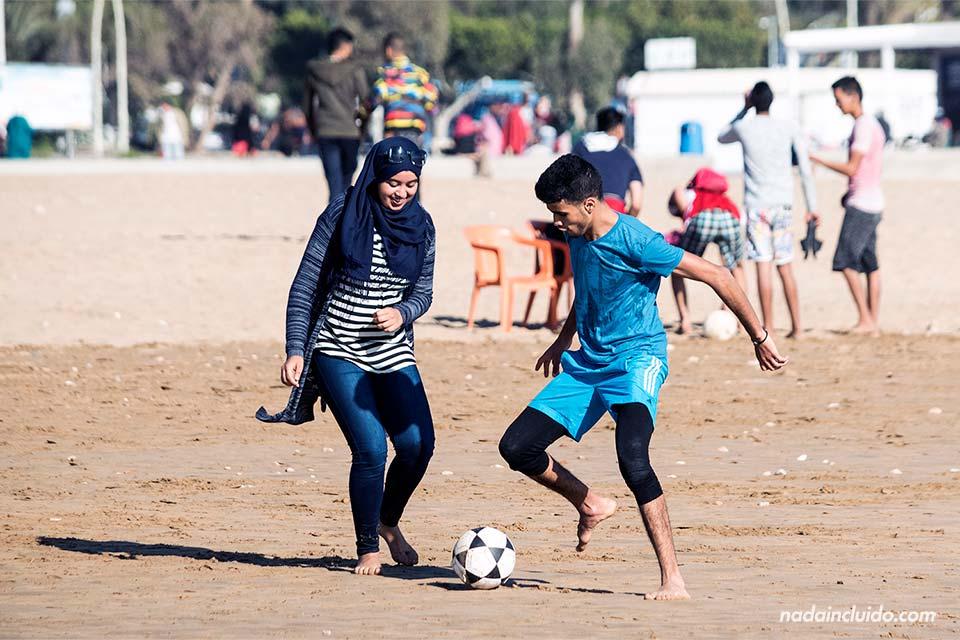 Jugando a fútbol en la playa de Agadir (Marruecos)