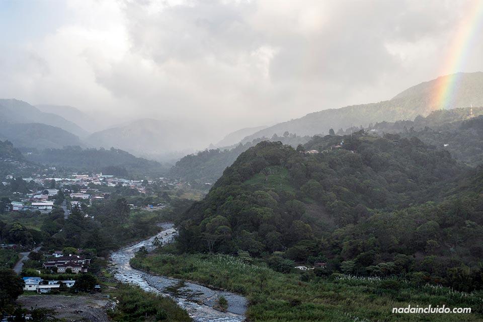 Vistas de Bajo Boquete desde el mirador de Alto Boquete durante el atardecer (Panamá)