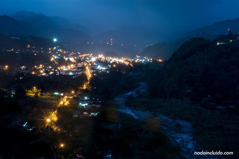 Vista nocturna de Bajo Boquete desde el mirador de Alto Boquete (Panamá)