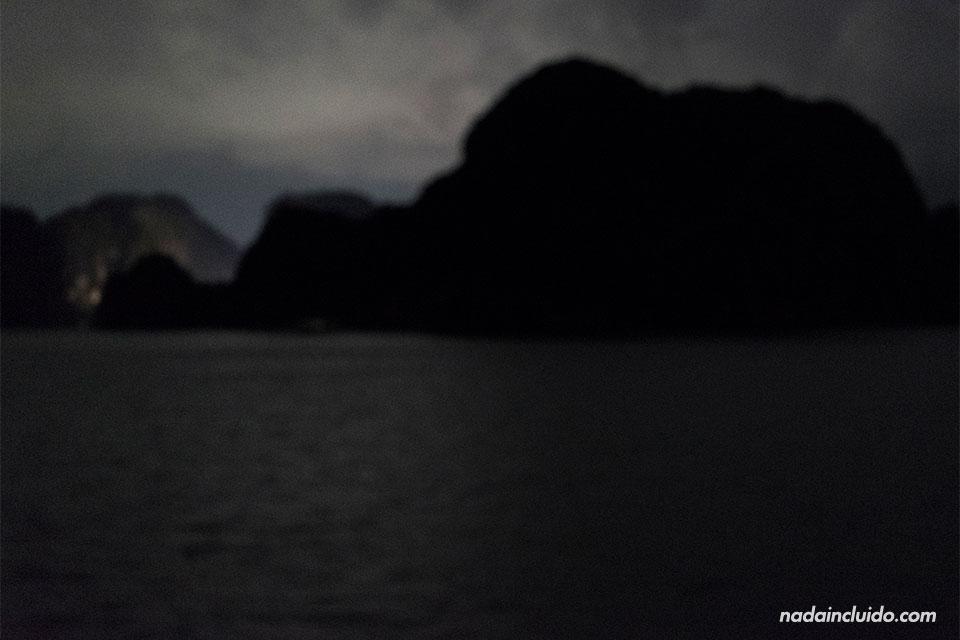 Vista noctura de la Bahía de Lan Ha (Vietnam)