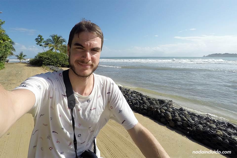 En bicicleta por la playa de isla Colón, Bocas del Toro (Panamá)