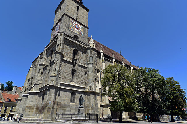 Fachada de la Iglesia Negra (Biserica Negra) en Brasov (Rumanía)
