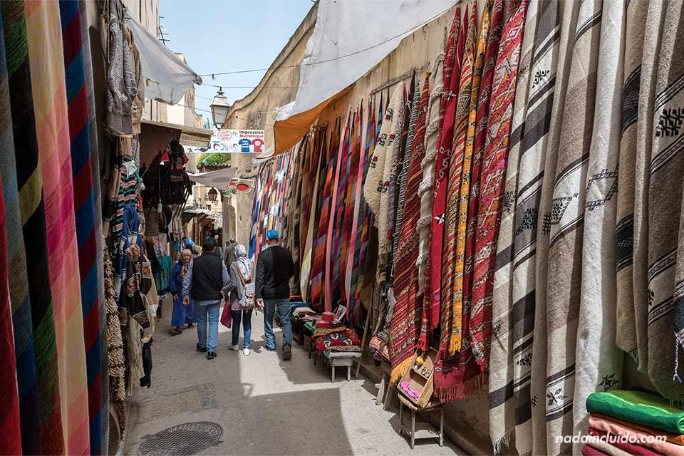 Alfombras en las calles de la medina de Fez (Marruecos)