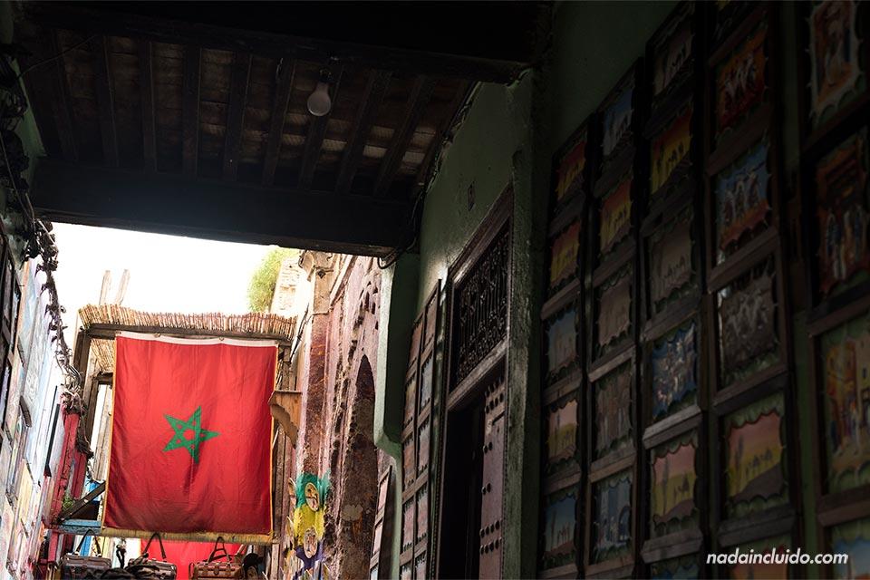 Bandera de Marruecos en la medina de Fez (Marruecos)