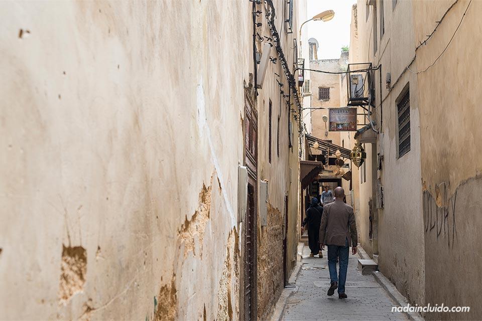 Callejón en la medina de Fez (Marruecos)