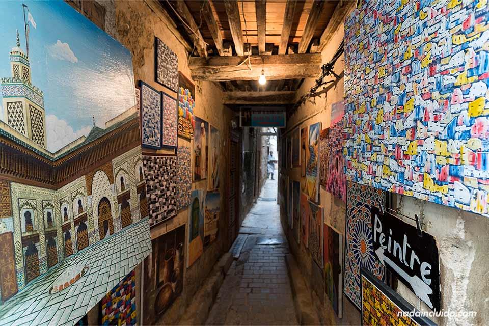 Cuadros colgados en un callejón de la medina de Fez (Marruecos)