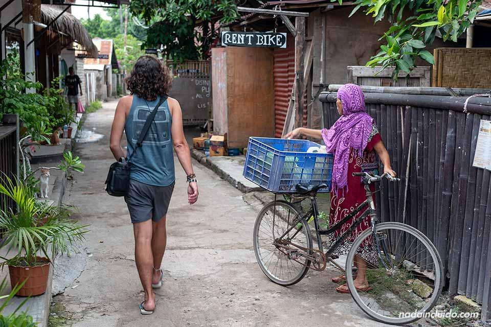 Señora en bicicleta por las calles de Gili Air (Indonesia)